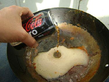 Cola voor schoonmaken van een pan