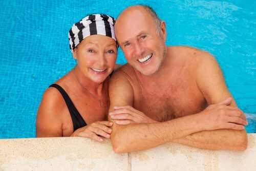 Echtpaar in zwembad