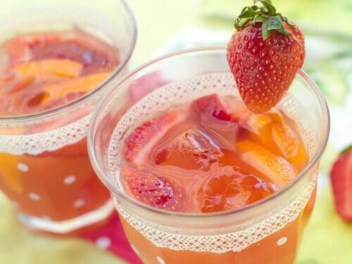 Sap van Aardbeien. een van de gezondste vruchten