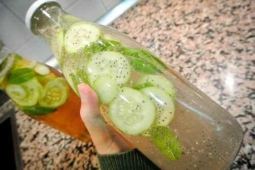 Limonade met komkommer, gember en munt