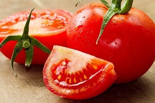 Tomaten op een snijplank