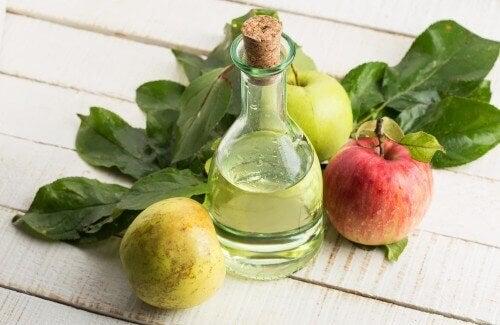 Appelazijn en appels op een tafel