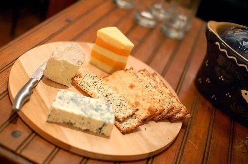 Gedroogde pruimen en andere voedingsmiddelen die calcium helpen te absorberen tegen verlies van botmassa