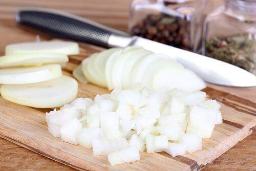 Gesneden uien tegen ingegroeide teennagels