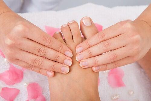 Handen die voeten masseren