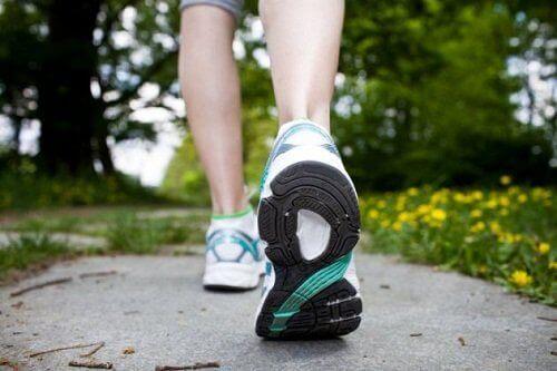 Wandelen tegen tintelingen in je armen en benen