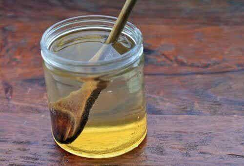 De voordelen van het drinken van water met honing