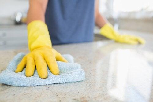 Aanrechten en tafels schoonmaken