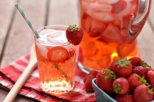 Aardbeienwater in een glas