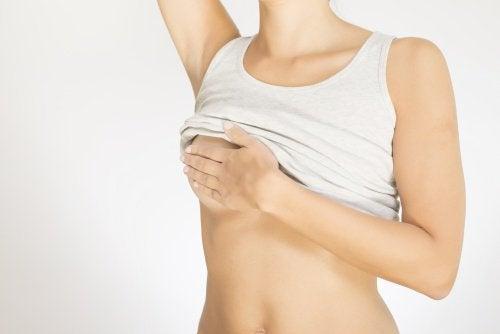 Vrouw die zoekt naar waarschuwingstekens van borstkanker