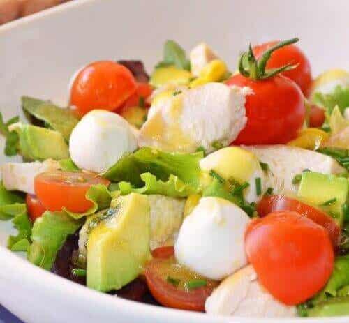 Een lekkere ontgiftende salade tegen een opgeblazen gevoel