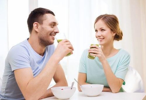 Een man en vrouw drinken komkommersap