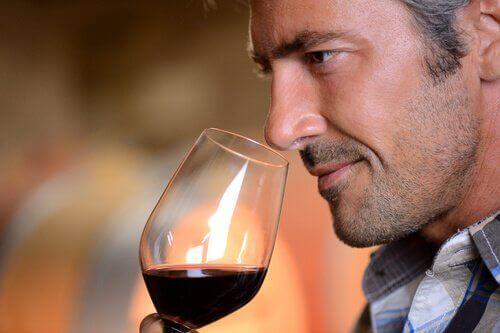 Man met een glas rode wijn