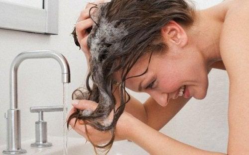 Vrouw wast haren