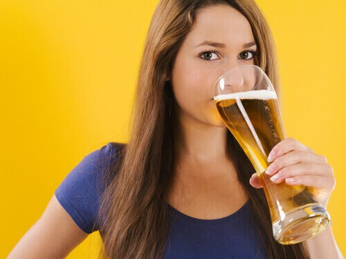 Vrouw die Bier Drinkt