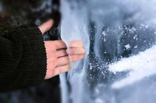 hand in ijs