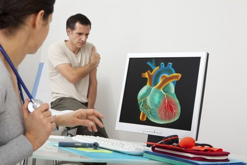 Arts bespreekt hartzieke met patiënt