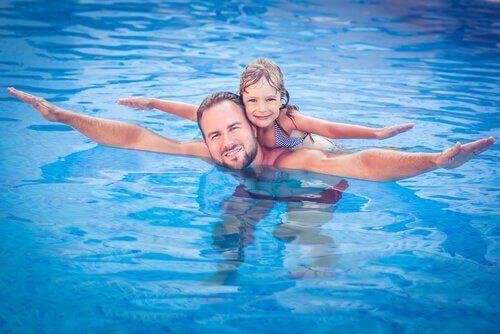 Kind Zwemt met Vader