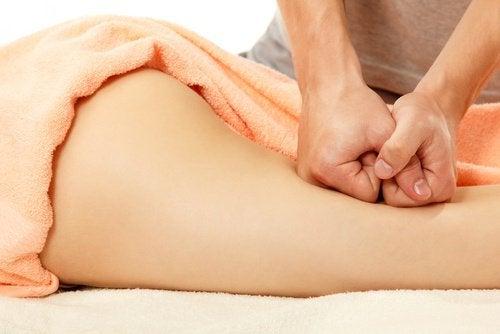 Cellulite verminderen met kaneel door middel van een massage