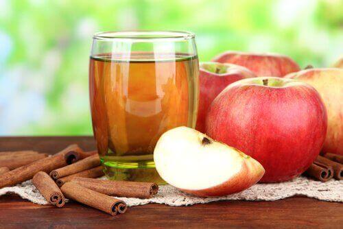 Appelsap in glas en appels