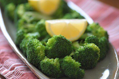 Broccoli en citroen in een schaal