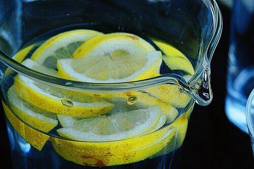 Citroenwater om amandelontsteking te genezen