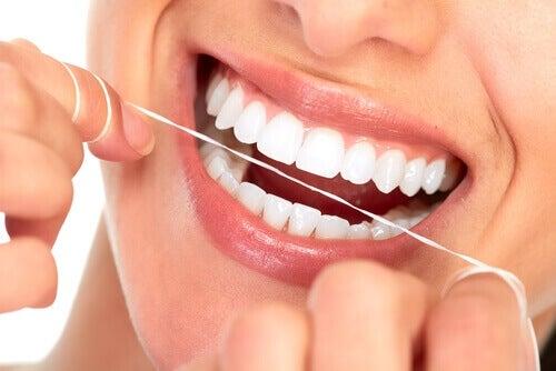 Denk eraan om te flossen om tandbederf te voorkomen