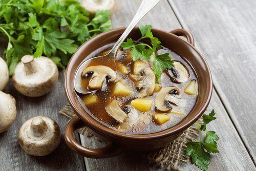 Een gezonde soep met champignons