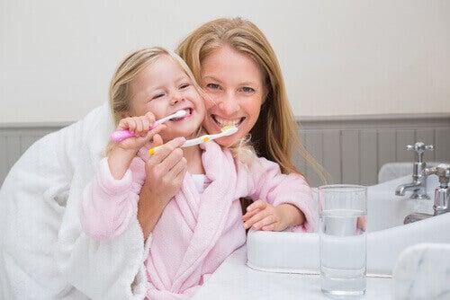 Poets je tanden voor het slapen gaan om tandbederf te voorkomen
