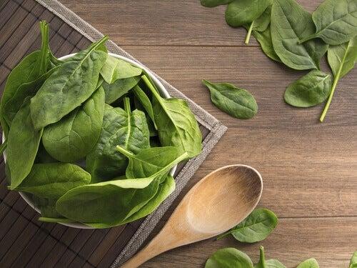 Vermoeidheid door vitaminetekort bestrijden met behulp van bijvoorbeeld spinazie dat ijzer bevat