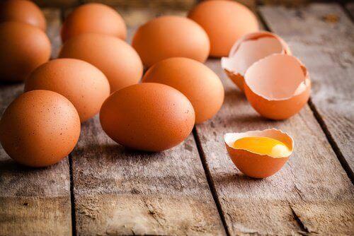 Eieren op een tafel