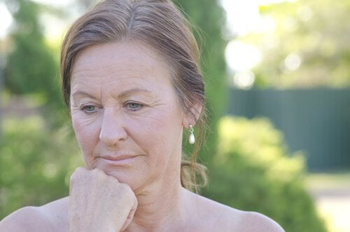 Oudere vrouw kijkt peinzend