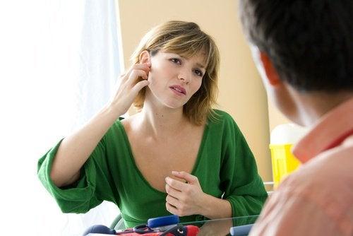 Vrouw heeft last van oorpijn