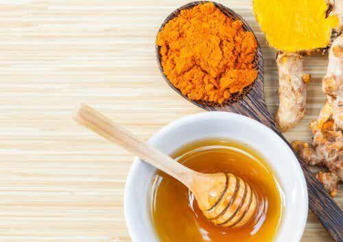 Behandeling met kurkuma en honing tegen gewrichtspijn