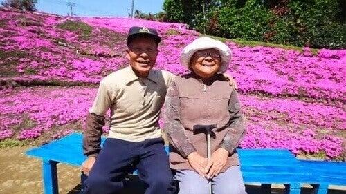 Man plant duizenden bloemen voor zijn blinde vrouw