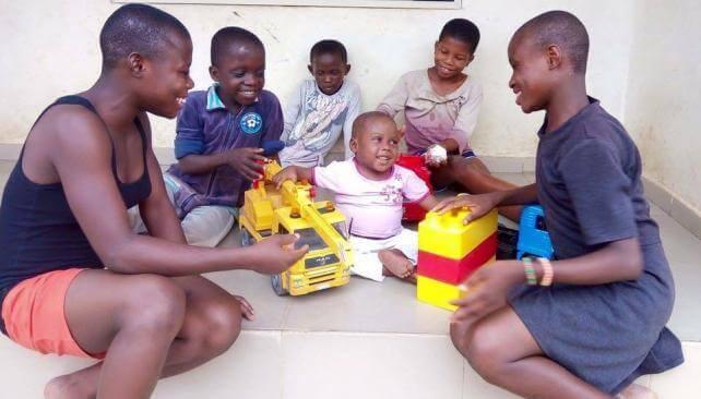 Hope Omringd door Kinderen