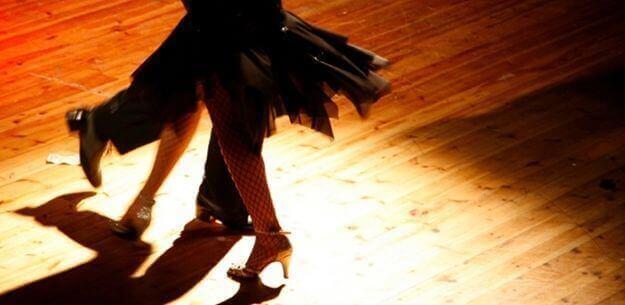 mensen dansen de salsa