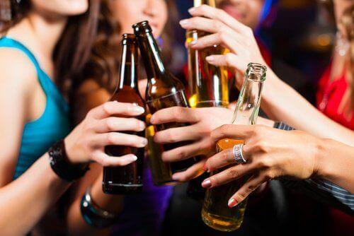 Het drinken van te veel alcohol kan een oorzaak van migraine zijn