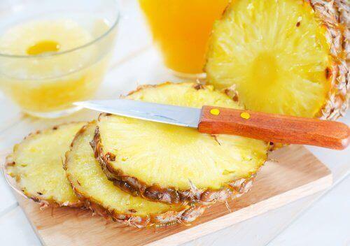 Ananas in plakken op een snijplank