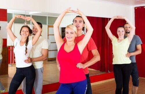 Dansen zoals bijvoorbeeld de Bachata om je benen en billen en taille te vormen