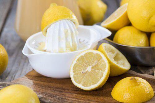 Gezichtsmasker van citroen en gelatine om onzuiverheden te verwijderen en de elasticiteit van de huid te herstellen