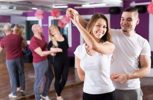 Dansen zoals bijvoorbeeld de Kizomba om je benen en billen en taille te vormen