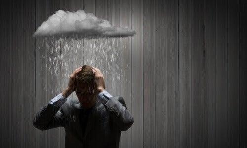 regenwolk boven een man zijn hoofd