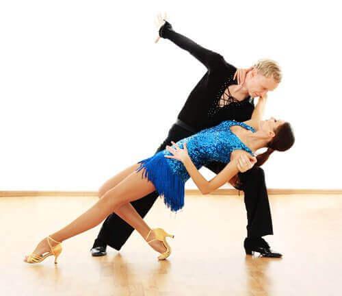 Dansen zoals bijvoorbeeld de Salsa om je benen en billen en taille te vormen