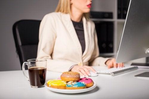 Eten terwijl je werkt kan een oorzaak van migraine zijn