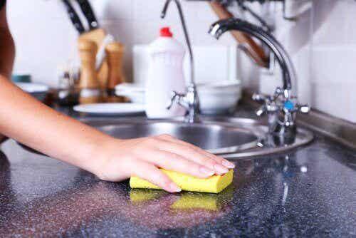 De verborgen gevaren in keukensponsjes