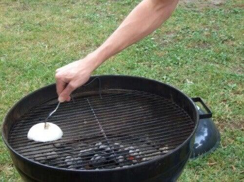 Barbecue schoonmaken met ui