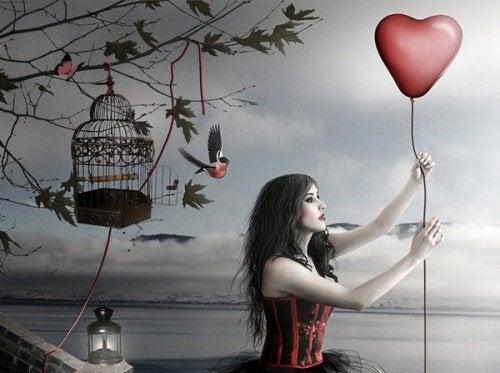 vrouw met hartvormige ballon