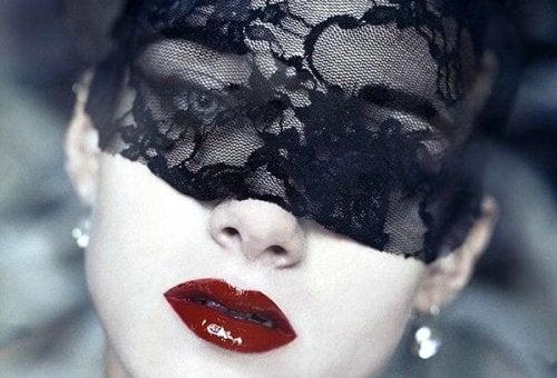 Een vrouw met een zwarte sluier