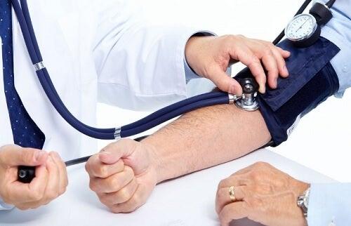 Je bloeddruk stijgt als je te laat opblijft en niet genoeg slaap krijgt